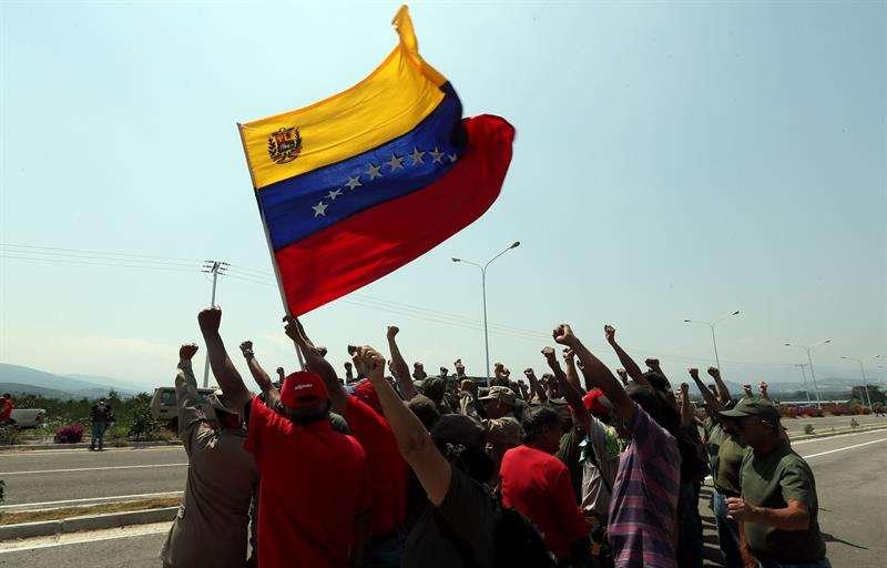 Miembros de las milicias bolivarianas  bloquean el puente internacional Las Tienditas, que comunica a Venezuela con Colombia, en San Antonio del Táchira (Venezuela), el  pasado 12 de febrero. EFE
