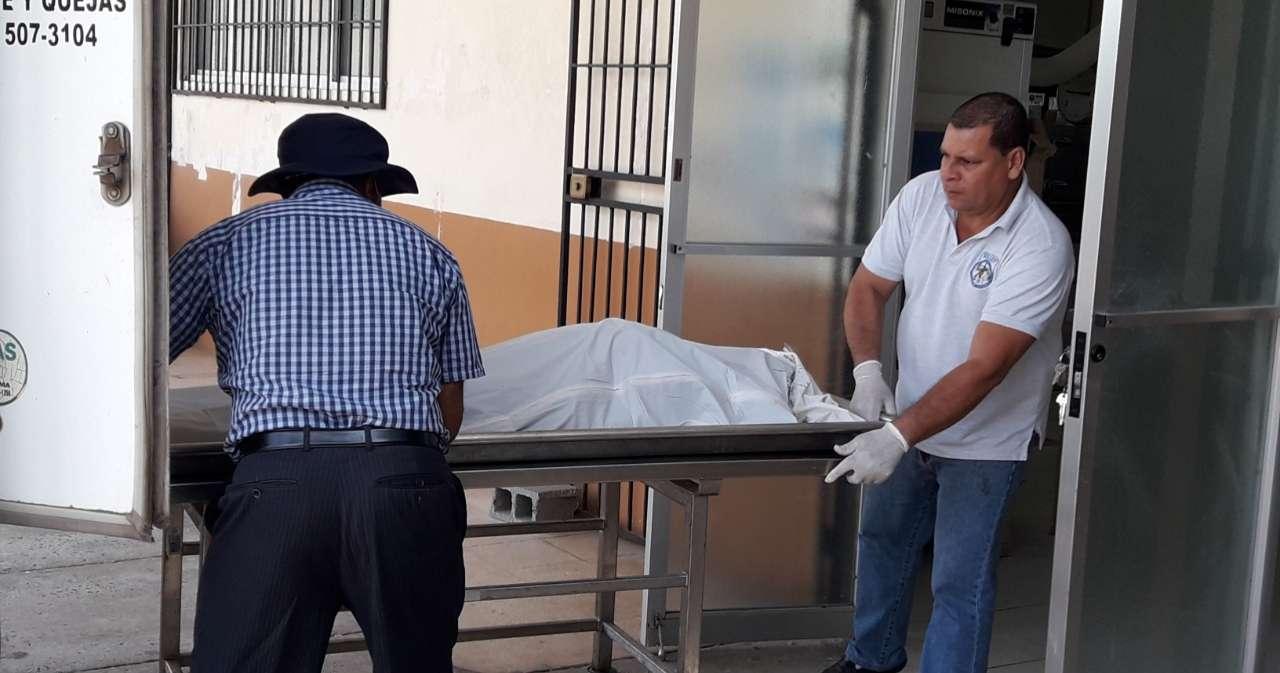 El cuerpo de la víctima fue trasladado a la morgue juduicial de David.  Foto: Mayra Madrid