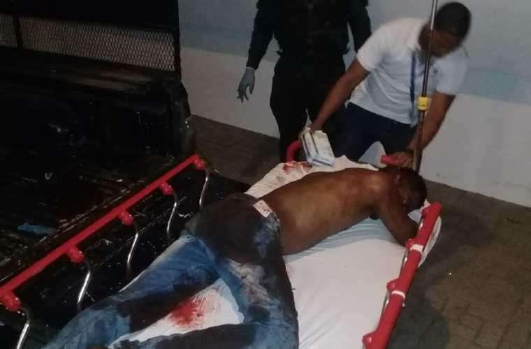 """El sujeto fue encontrado sin sueter ni zapatos, pero con un """"jeans"""" azul lleno de sangre por la herida."""