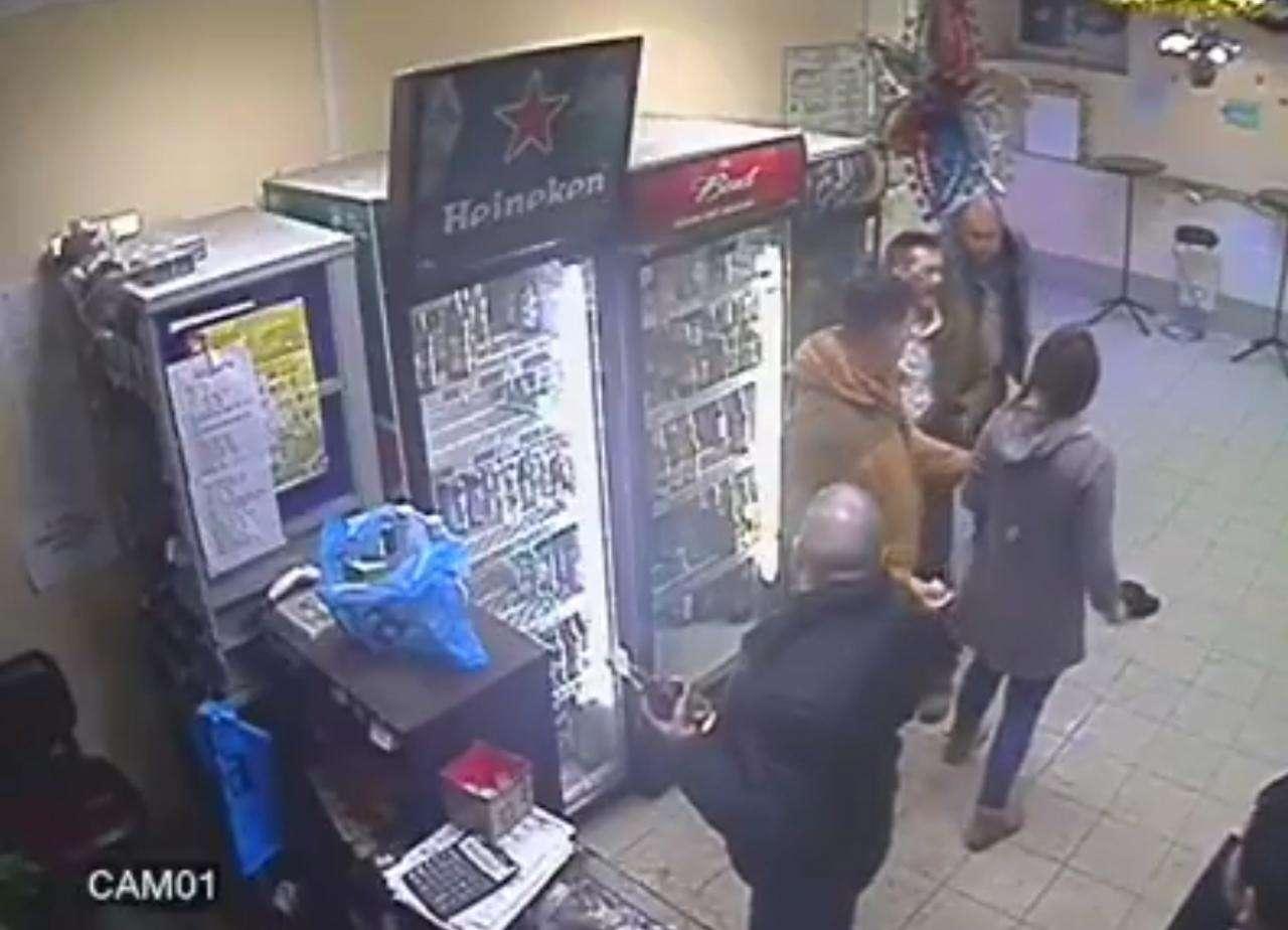 Captura del vídeo de la agresión que circula en redes sociales