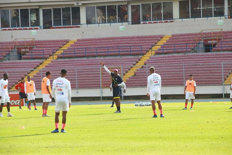 Julio Dely Valdés dirige el entrenamiento de hoy en el estadio Rommel Fernández. Foto: Anayansi Gamez
