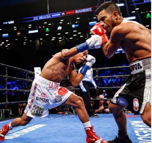 """Bryan """"La Roca"""" De Gracia (izq.) durante la pelea ante el mexicano Eduardo """"Zurdito"""" Ramírez."""
