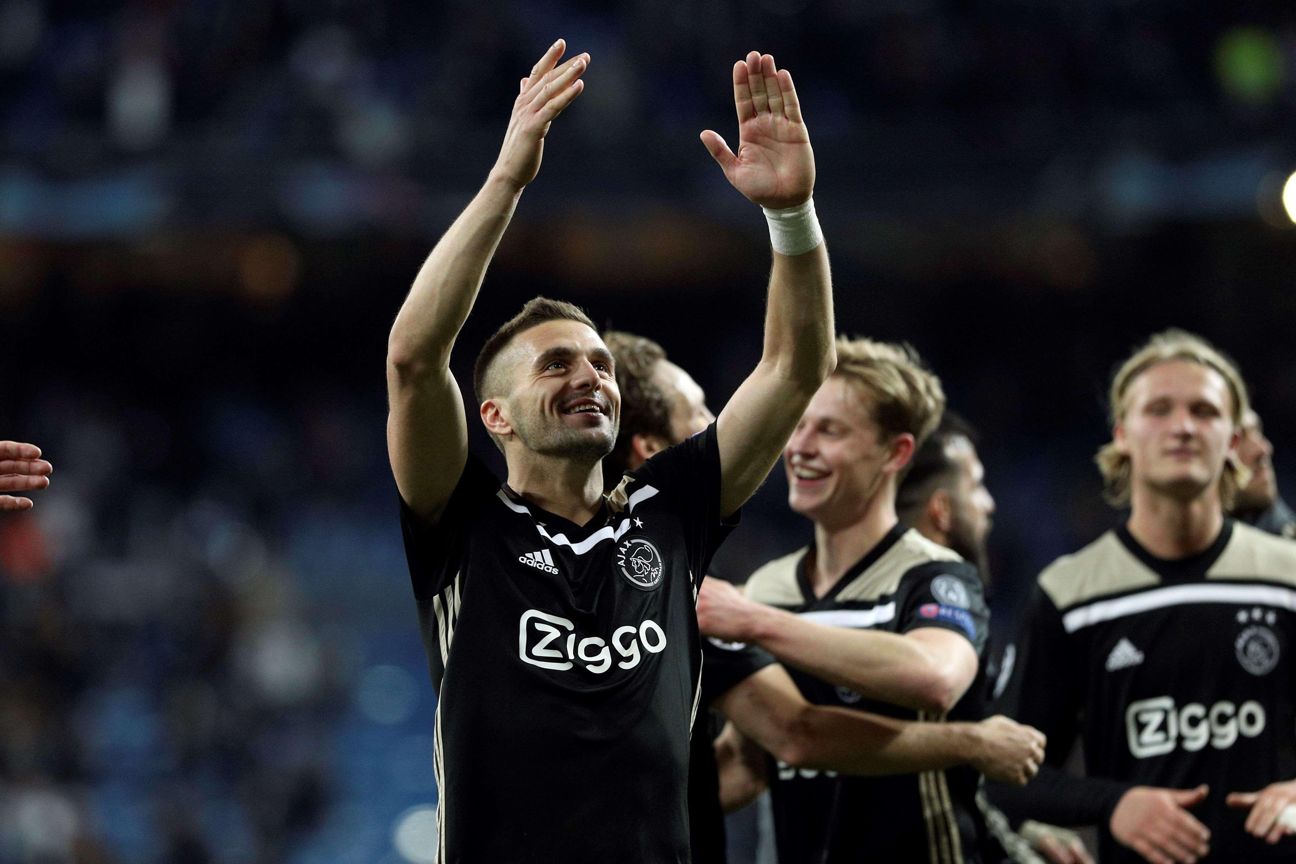 Dusan Tadic celebra la victoria por 1-4 tras el partido de vuelta de octavos de final de la Liga de Campeones que Real Madrid y Ajax disputaron en el estadio Santiago Bernabéu, en Madrid. EFE