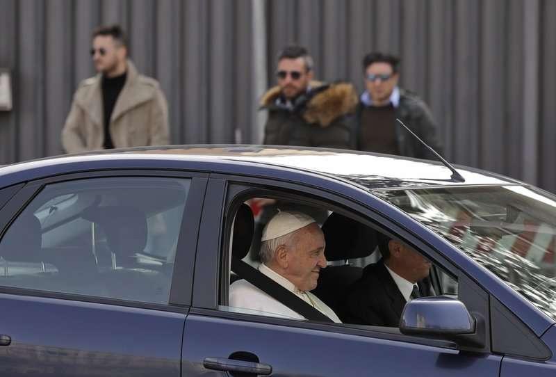 Papa Francisco saluda al salir de la Basílica de San Juan de Letrán después de conocer al clero romano, en Roma.  Foto AP / Alessandra Tarantino