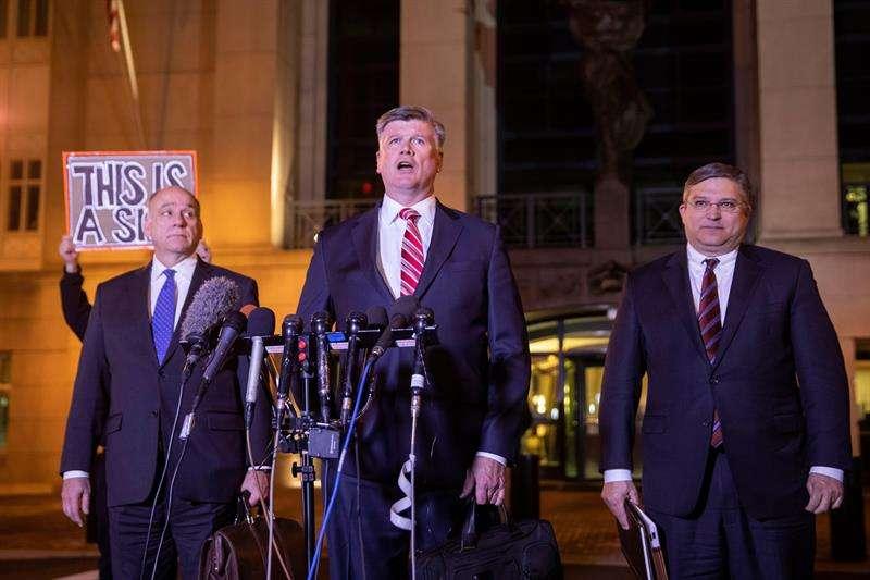 Los abogados defensores de Paul Manafort, Kevin Downing (c), Thomas Zehnle (i) y Richard Westling (d), hablan brevemente con los medios fuera del Tribunal de Distrito de los EE.UU. después de una audiencia de sentenciaen Alexandria. EFE