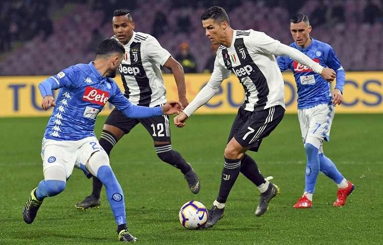 Cristiano Ronaldo domina el balón durante el partido con el Nápoles. Foto: AP