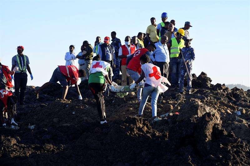 Equipos de rescate transportan restos en el lugar del accidente de Ethiopia Airlines Boeing 737 Max 8 en ruta a Nairobi, Kenia, cerca de Bishoftu, Etiopía.EFE