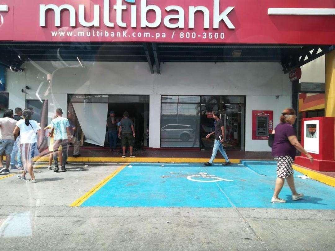 Vista general de los daños causados a la sucursal bancaria en Los Pueblos. Foto: @TraficoCPanama