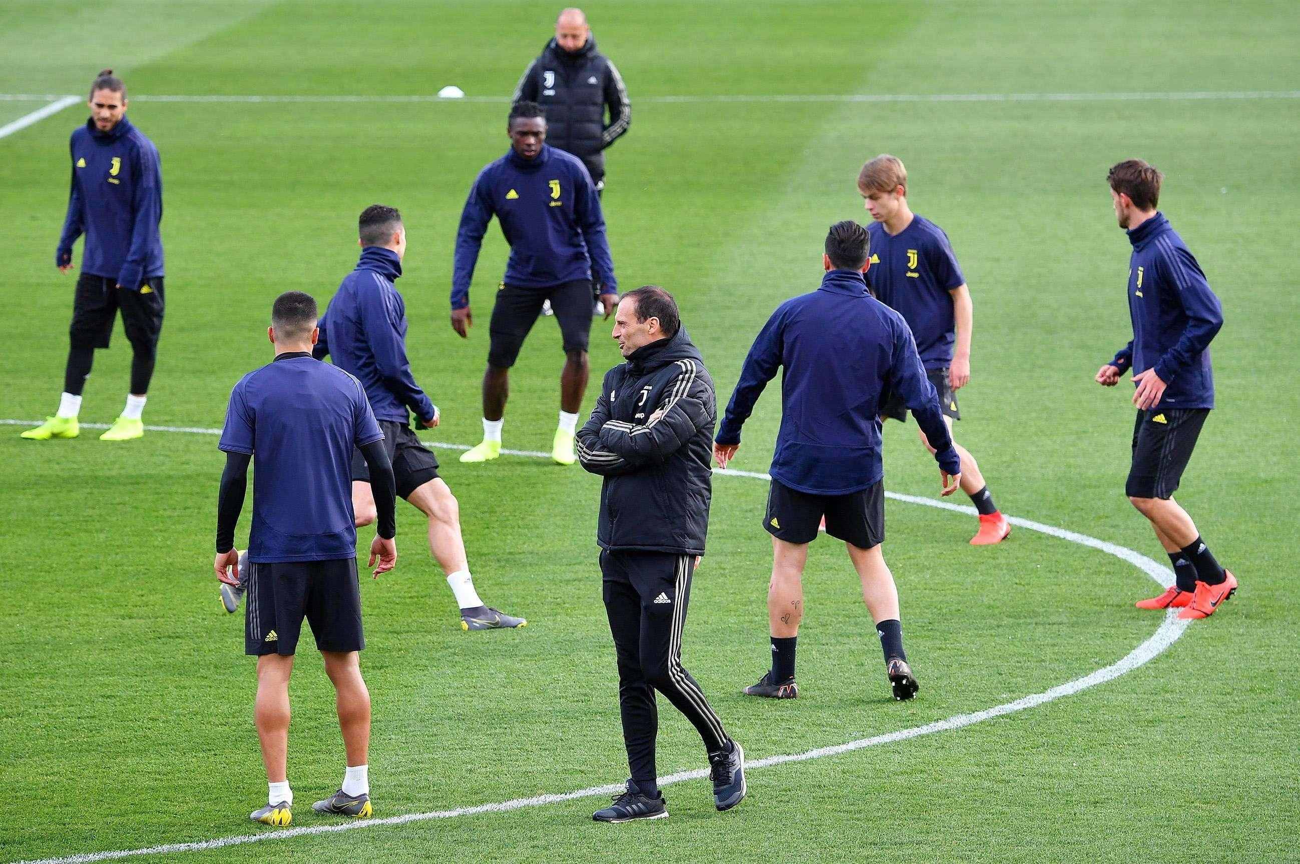 El entrenador de la Juventus de Turín, el italiano Massimiliano Allegri (c), lidera una sesión de entrenamientos en Turín, Italia, este lunes.