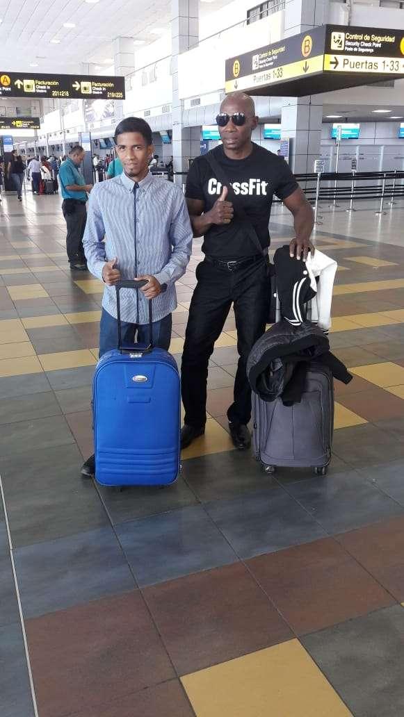 """Azael """"Candelilla"""" Villar (izq.) con su entrenador Juan Mosquera en el aeropuerto de Tocumen previo al viaje. Foto: Cortesía"""