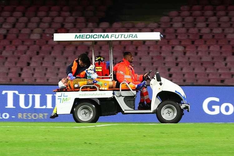 David Ospina recibe asistencia médica cuando abandona el terreno de juego en un vehículo después de lesionarse. Foto: EFE