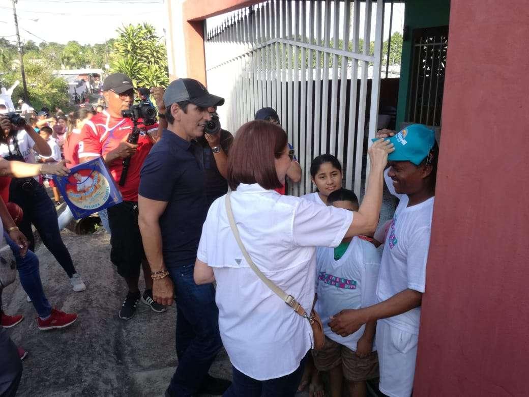 En la imagen exprimera dama Marta Linares de Martinelli; Rómulo Roux candidato presidencial del CD, durante recorrido por Tocumen.