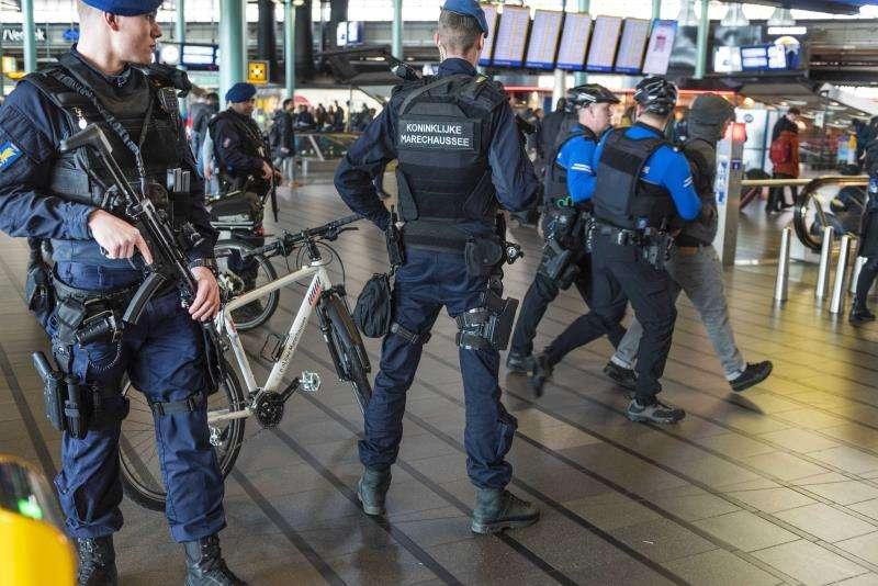 Varios efectivos de la policía militar se despliegan este lunes por el aeropuerto de Schiphol (Holanda) para reforzar las medidas de seguridad, después del tiroteo registrado en la plaza 24 de Octubre de Utrecht. EFE