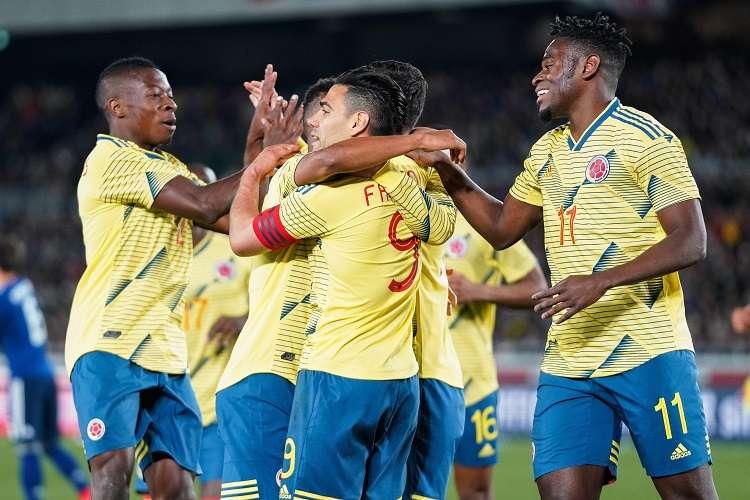 El delantero colombiano Radamel Falcao (c) celebra con sus compañeros de equipo tras marcar un penalti . Foto: EFE