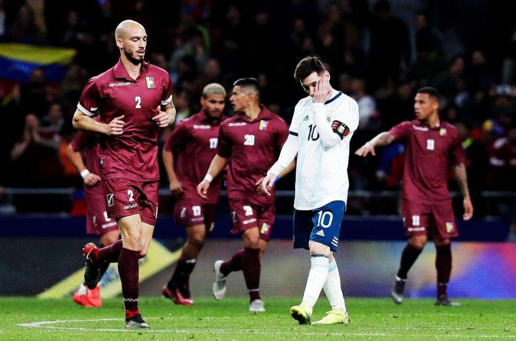 Lionel Messi se lamenta tras la derrota. / EFE