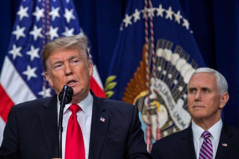 El presidente de los Estados Unidos Donald Trump (i) junto al vicepresidente de EE.UU. Mike Pence hoy, en el auditorio de la Oficina Ejecutiva del Edificio Eisenhower, en la Casa Blanca en Washington. EFE