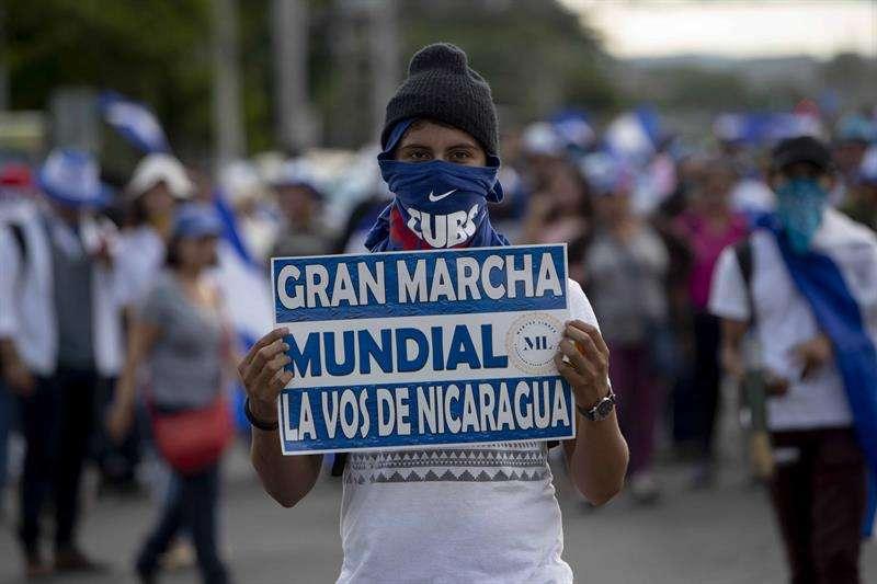 Un joven con un cartel participa de un plantón hoy, miércoles 26 de septiembre de 2018, en Managua (Nicaragua). EFE