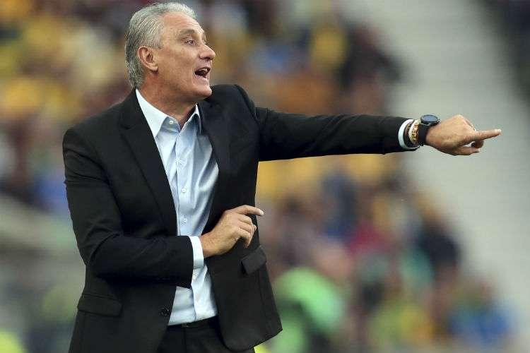 Tite da indicaciones durante el partido entre Brasil y Panamá. Foto: AP