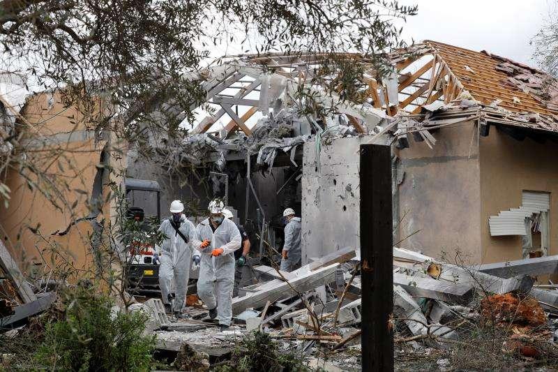 Policías inspeccionan una casa dañada tras impactar un cohete lanzado desde la Franja de Gaza en la comunidad de Mishmeret, en la región central de Israel, este lunes. El cohete ha causado siete heridos, informaron la Policía y los servicios médicos. EFE