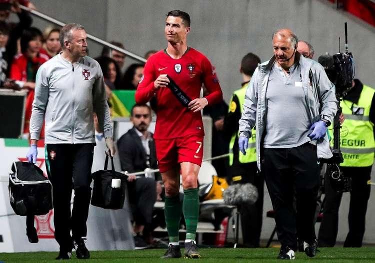 Cristiano Ronaldo se lastimó la pierna derecha y debió ser sustituido antes del intermedio del partido. Foto: EFE