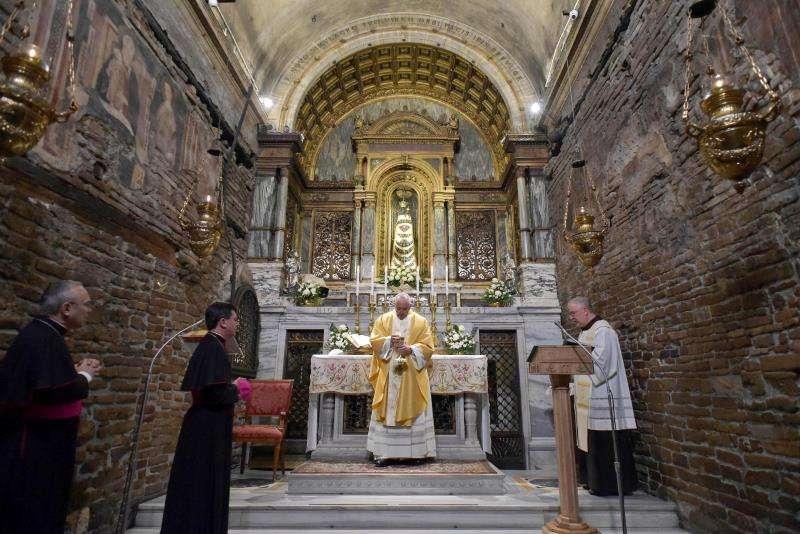 El papa Francisco visita a la basílica del Santuario de Loreto en Loreto (Italia) este lunes. EFE Prensa Vaticano Foto cedida
