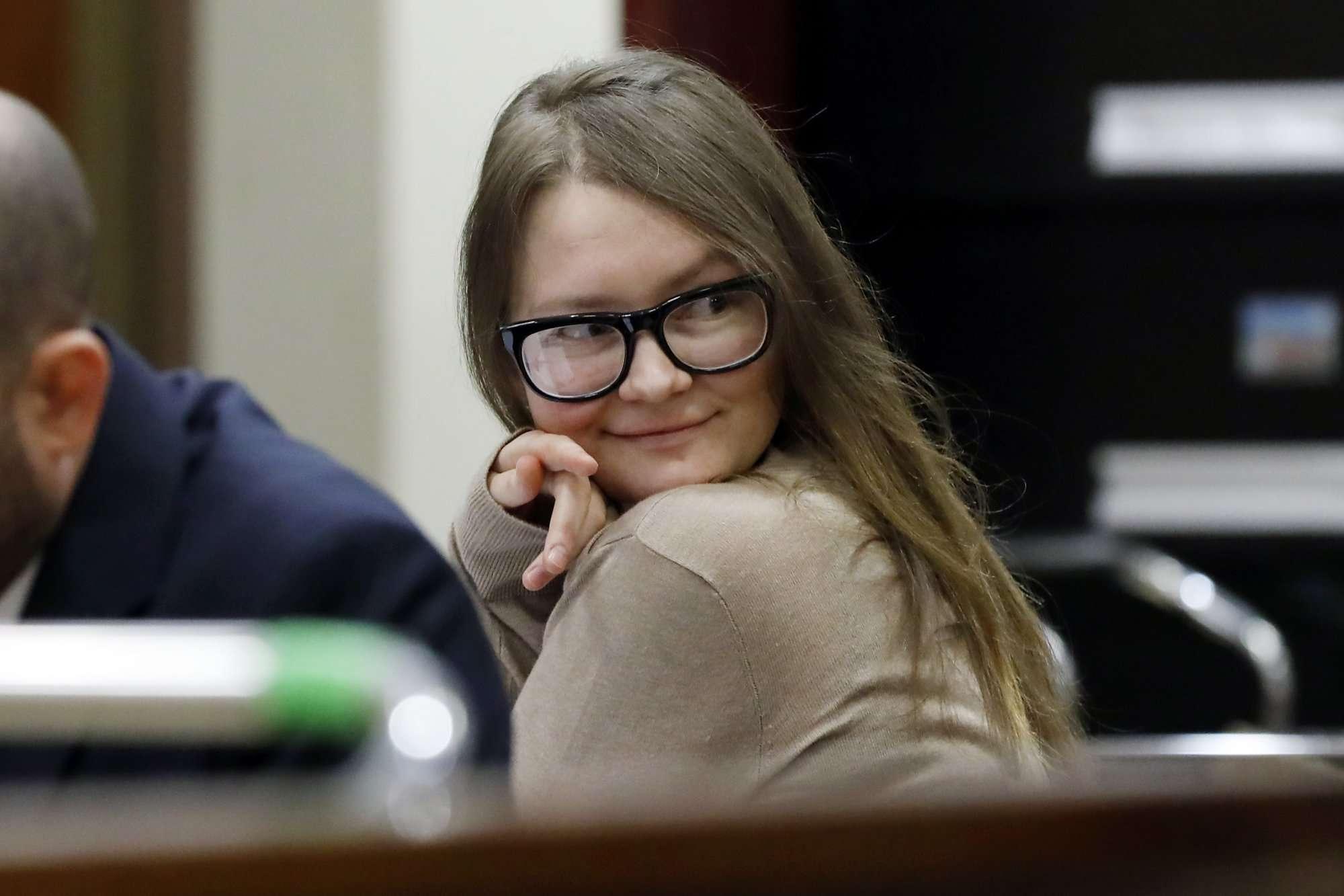 Anna Sorokin se sienta en la mesa de la defensa en la Corte Suprema del Estado de Nueva York, en Nueva York, el miércoles 27 de marzo de 2019. Sorokin, quien afirmó ser una heredera alemana, está siendo juzgada por cargos de hurto y robo de servicios. AP