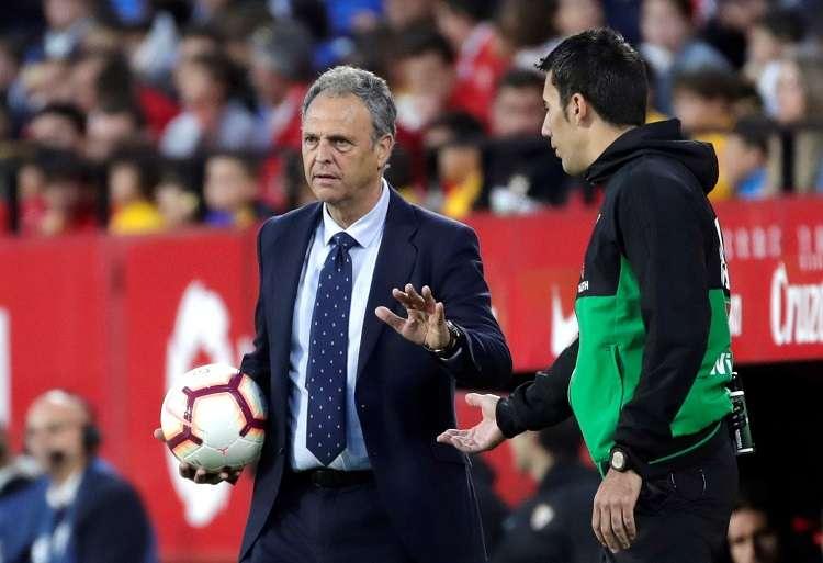 El entrenador del Sevilla, Joaquín Caparrós, pide al cuarto árbitro que espere para poner el balón en juego durante el partido. Foto: EFE