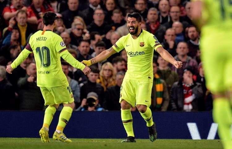 Luis Suárez (c) del Barcelona celebra con su compañero Lionel Messi (i) luego de anotar un gol durante el partido de ida por los cuartos de final. Foto: EFE