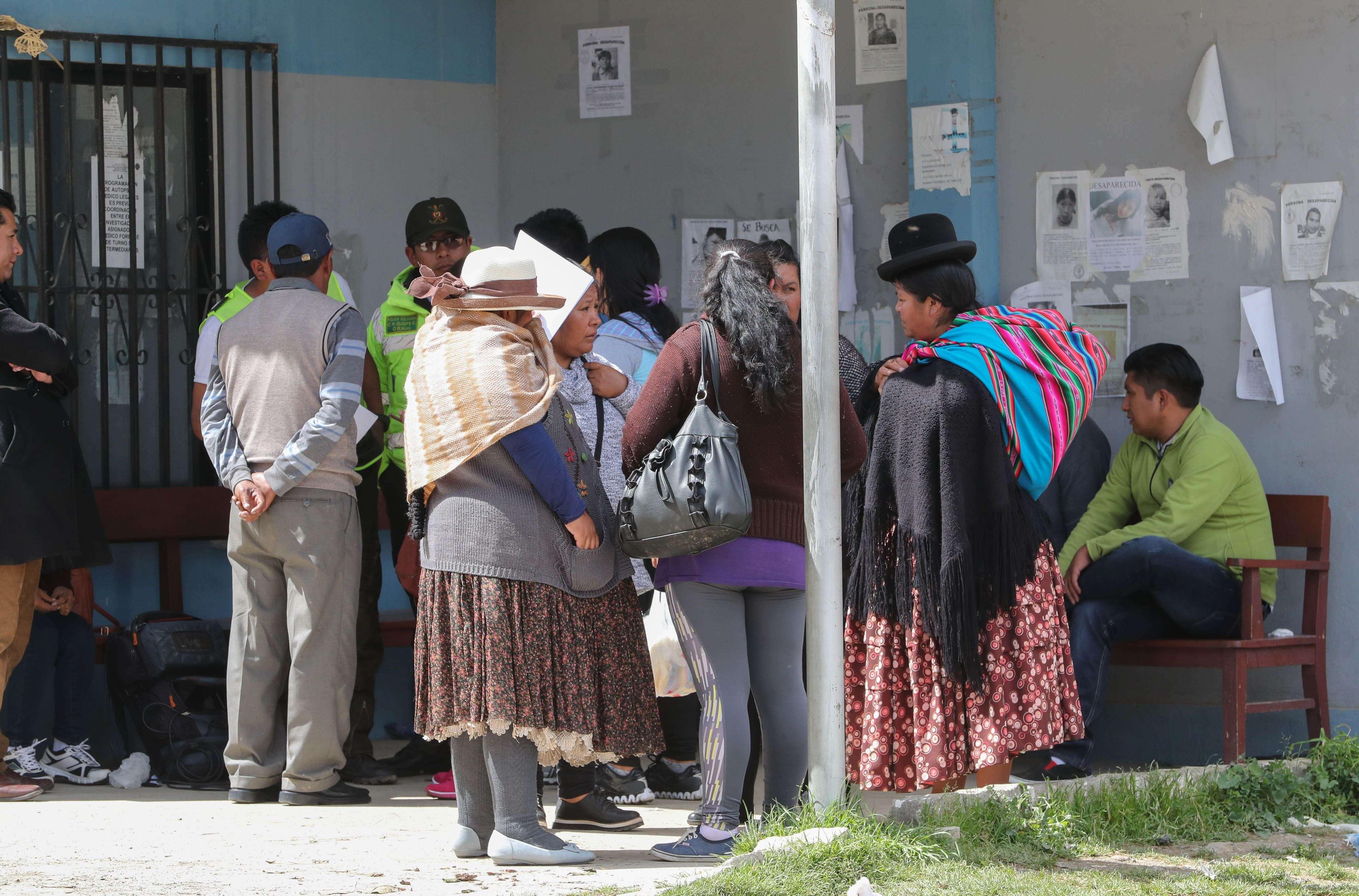 Familiares de las víctimas esperan fuera de la morgue del Hospital de Clínicas de La Paz (Bolivia).