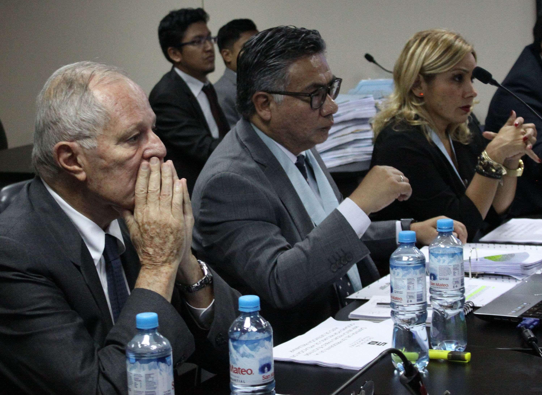 Pedro Pablo Kuczynski (i), acompañado de su abogado, César Nakazaki (c).