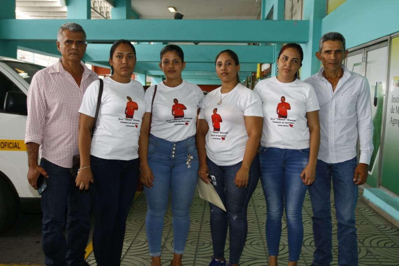 """Los familiares, quienes claman justicia, llegaron hasta el Sistema Penal Acusatorio en Plaza Ágora con suéteres, blancos y la fotografía de """"Chimol"""". Foto: Edwards Santos"""
