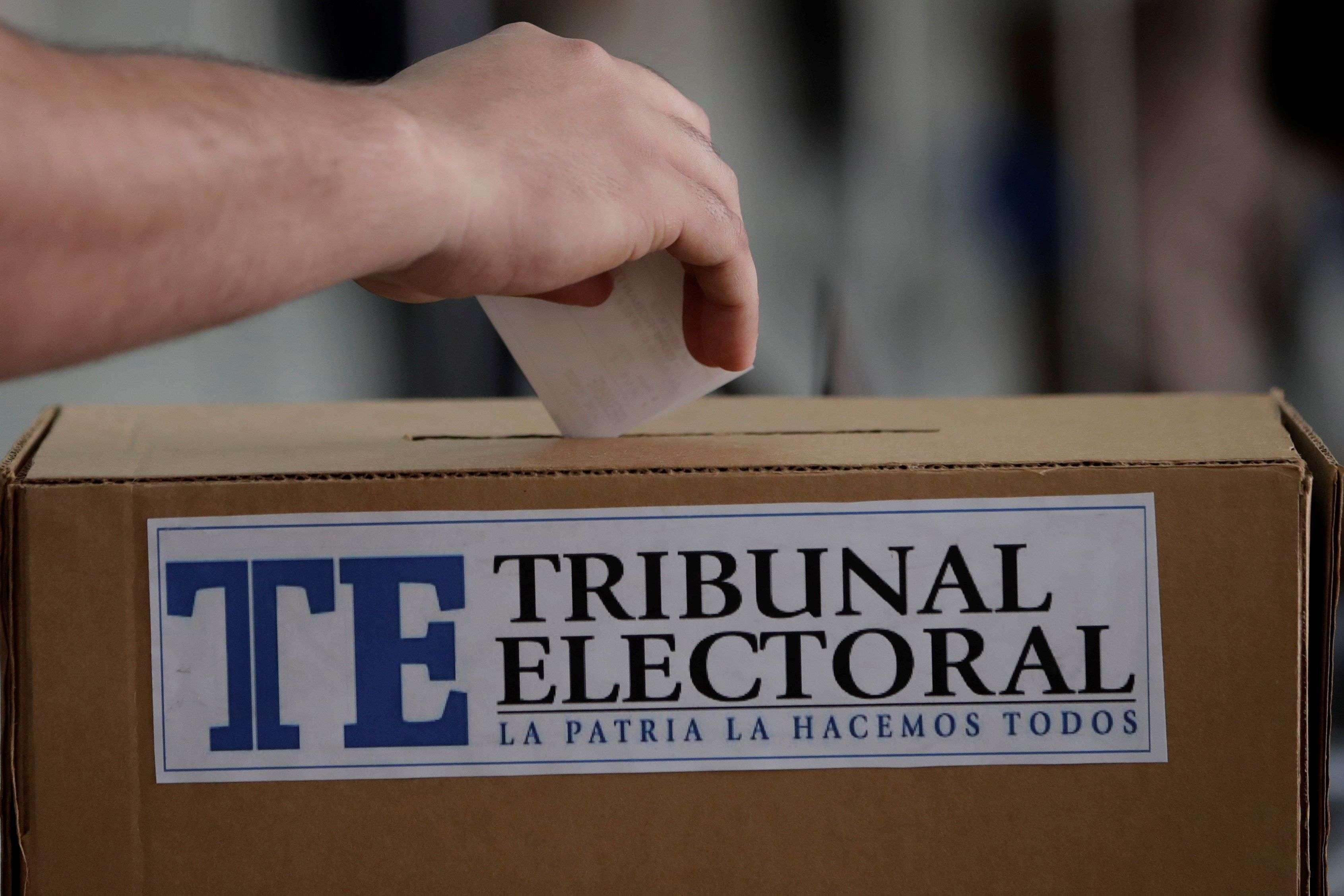 Un hombre participa de un simulacro de voto electrónico este viernes en el centro de convenciones ATLAPA en ciudad de Panamá.