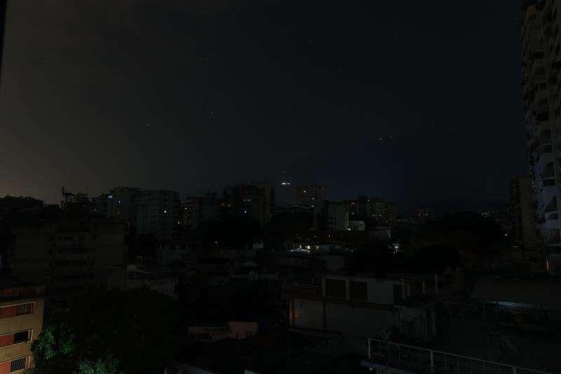 Vista de un barrio a oscuras en Caracas (Venezuela) a causa de uno de los apagones de 2019. EFE/Archivo
