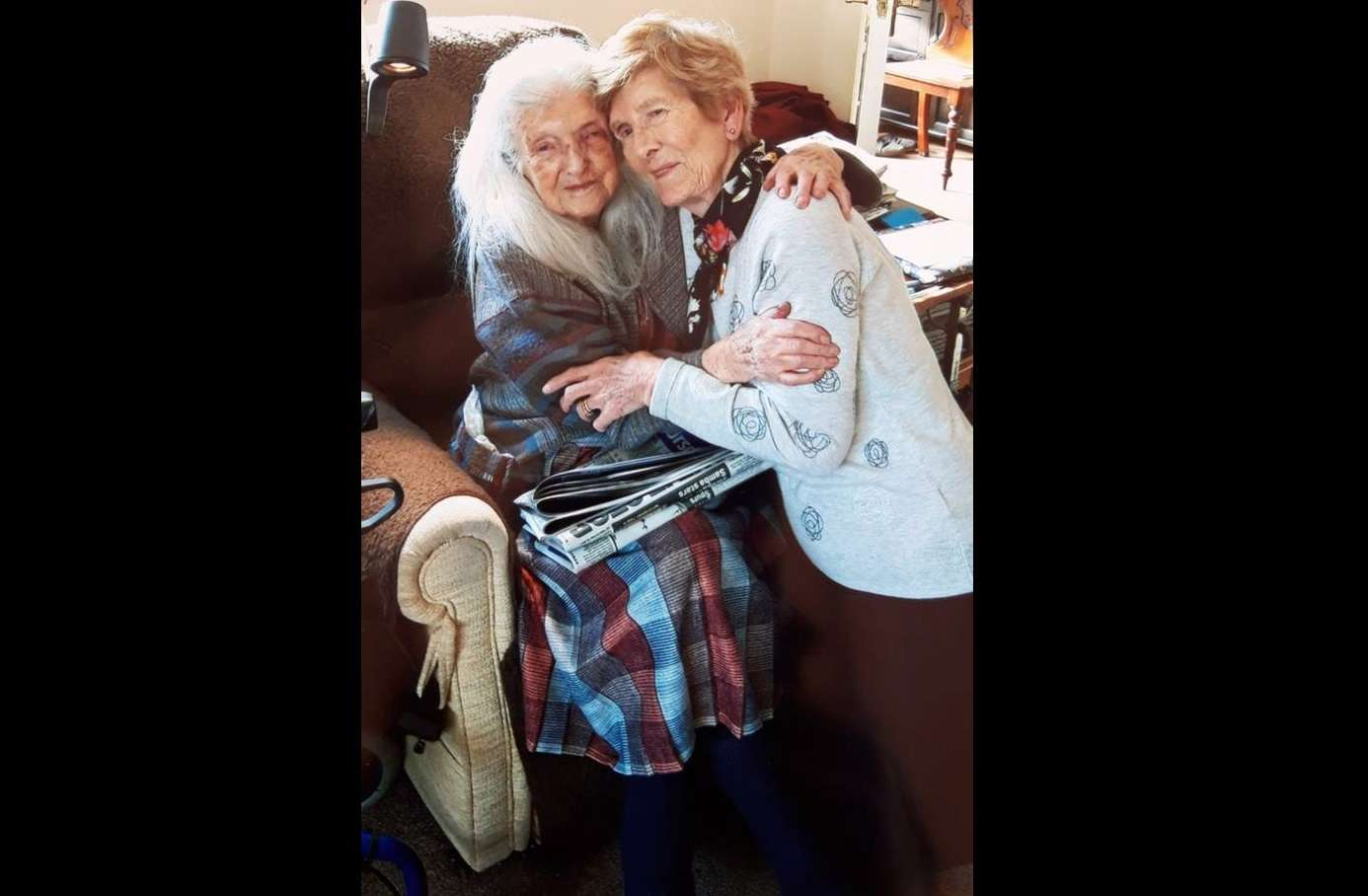 Eileen Macken junto a su madre Elisabeth. Captura de video: RTE News