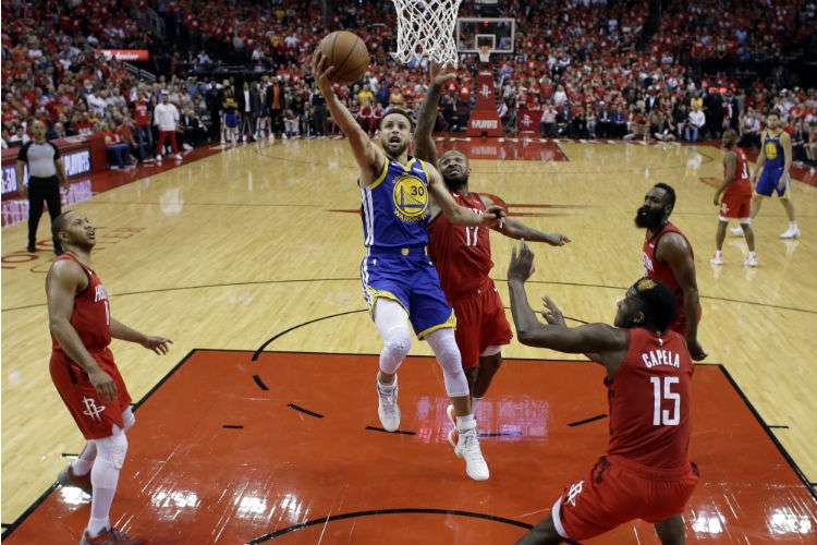 Stephen Curry se dirige a la canasta en el sexto juego de la serie de los playoffs de la NBA ante los Rockets de Houston. Foto: AP