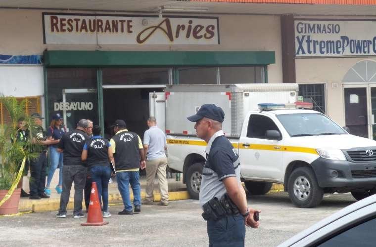 Momento en que se realizaba el levantamiento del cuerpo del agente. Foto: Landro Ortiz