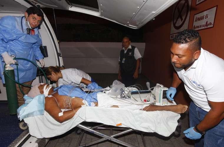 Momentos en que José Muñoz era trasladado a recibir atención médica. Foto: Alexander Santamaria