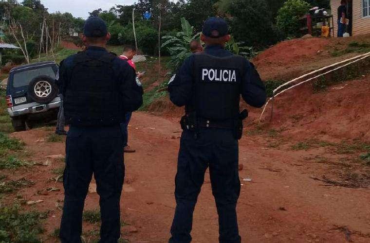 Momento en que los uniformados llegaron a la residencia en Rana de Oro. Foto: Cortesía