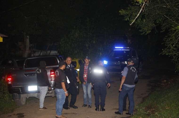 Autoridades en la escena del doble homicidio, en Rancho Café, corregimiento 24 de Diciembre. Foto: Alexander Santamaría
