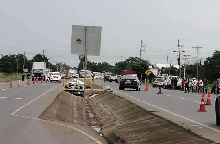 El auto quedó en la isleta de la vía, luego de chocar de frente contra el puente. Foto: Cortesía