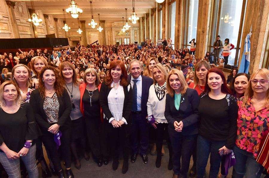 La expresidenta de Argentina Cristina Fernández (c), candidata ahora a la Vicepresidencia, mientras posa para una foto durante el Encuentro Nacional de Trabajadoras Bancarias, en Buenos Aires (Argentina). EFE