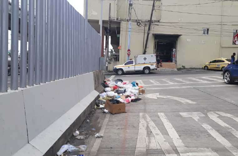 El cadáver fue sacado de la parte interna del minisúper. Foto: TráficoCPanamá