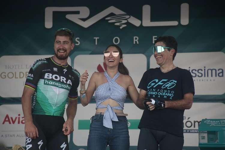 Paola Carretero (centro) junto a el eslovaco Peter Sagan. Foto: Víctor Arosemena