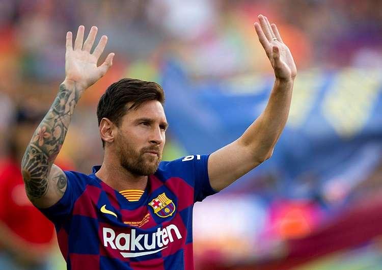 l capitán y delantero argentino del FC Barcelona, Leo Messi, saluda a la afición momentos antes del partido de Trofeo Joan Gamper ante al Arsenal. Foto: EFE