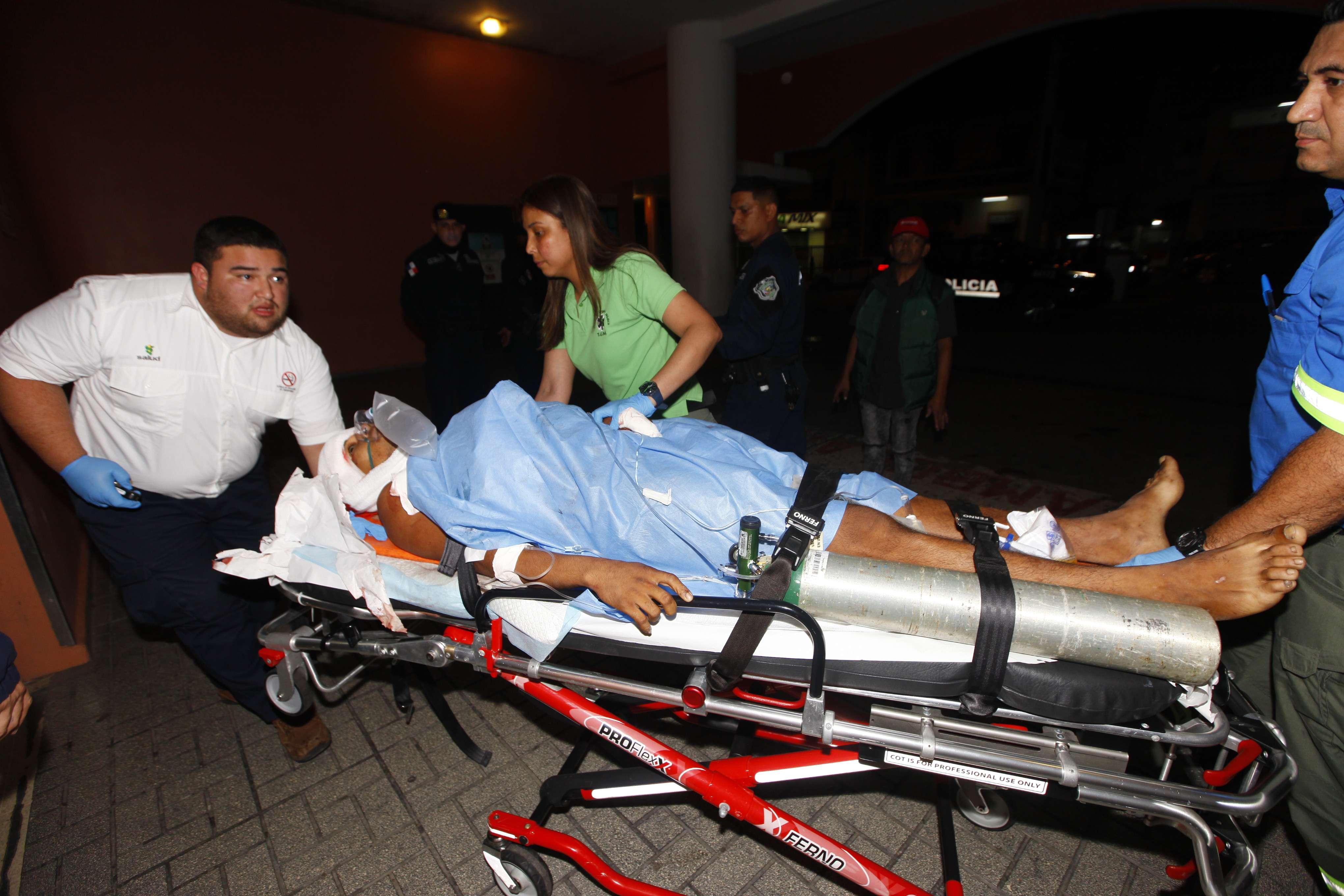Momento en que la víctima ingresaba gravemente herido al hospital. Foto/ Alexander Santamaria