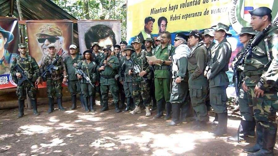 """Imagen del video divulgado en internet por las FARC-EP en el que el número dos de la guerrilla colombiana de las FARC, alias """"Iván Márquez"""",, reapareció junto con otros exlíderes de ese grupo para anunciar """"una nueva etapa de lucha"""" armada. EFE"""