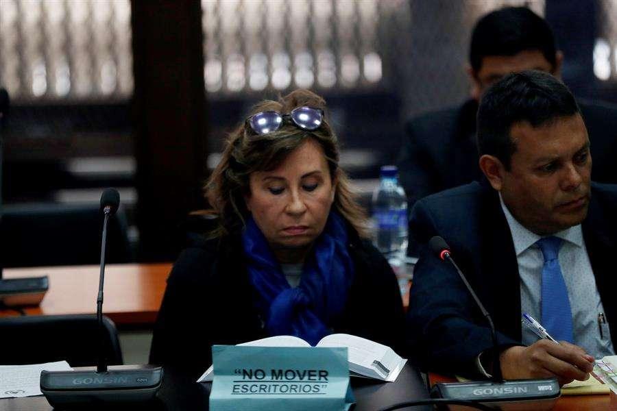 La exprimera dama de Guatemala y excandidata presidencial Sandra Torres (i) reacciona, en la Torre de Tribunales, por una orden de aprehensión por el delito de financiamiento electoral ilícito, este lunes en Ciudad de Guatemala (Guatemala). EFE