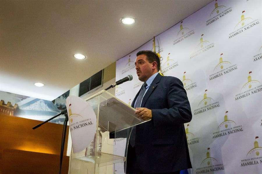 El segundo vicepresidente de la Asamblea Nacional de Venezuela, Stalin González, ofrece declaraciones a la prensa este lunes en Caracas (Venezuela). EFE