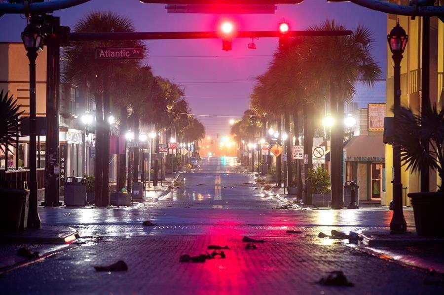Vista general de una calle vacía tras la orden de evacuación de Daytona Beach con motivo de la llegada del huracán Dorian, en Florida (Estados Unidos). EFE