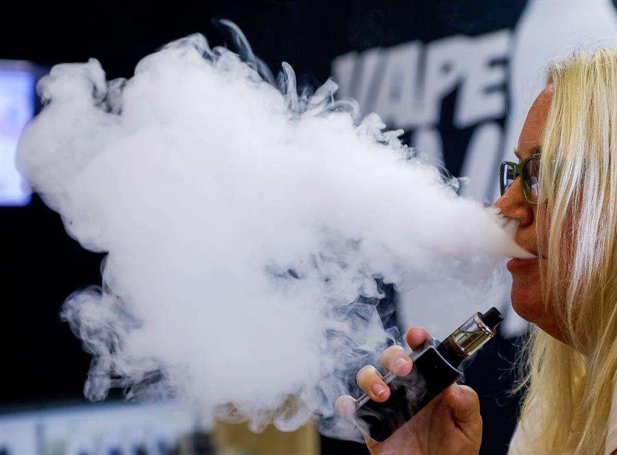 Al menos seis personas han muerto, y centenares han sufrido complicaciones pulmonares vinculadas al uso creciente de cigarrillos electrónicos -un hábito conocido como vapeo- que se promueven con sabores artificiales. EFE